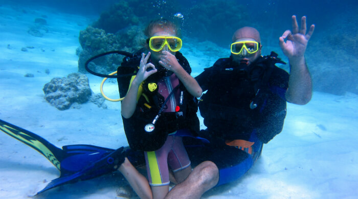 Дайвинг для новичков. Маленькая девочка с отцом под водой