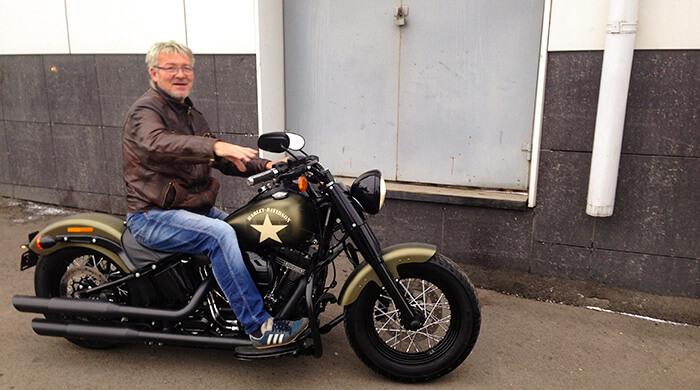 Инструктор по дайвингу Виталий Поляков на мотоцикле. Фото