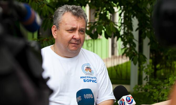 Инструктор NDL 3 Ранга Борис Репин дает интервью телеканалам. Фото