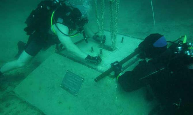 Установка Поклонного Креста под водой