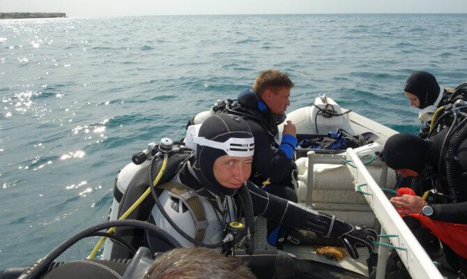 Инструктор по дайвингу Виктория Лесина на лодке