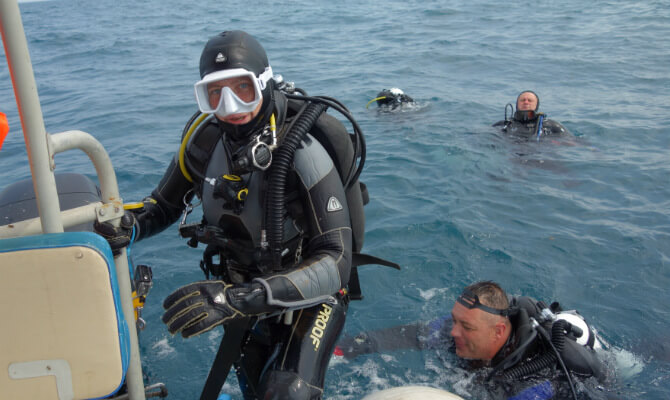 Инструктор по дайвингу Виктория Лесина выходит из воды на лодку