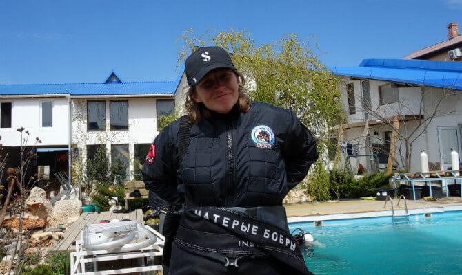 Инструктор по дайвингу Виктория Лесина одевает сухой костюм. Фото