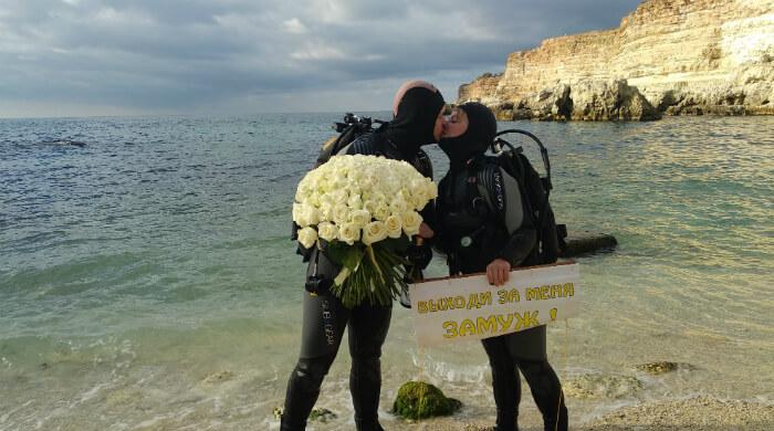 101 роза после предложения руки и сердца под водой. ФОТО