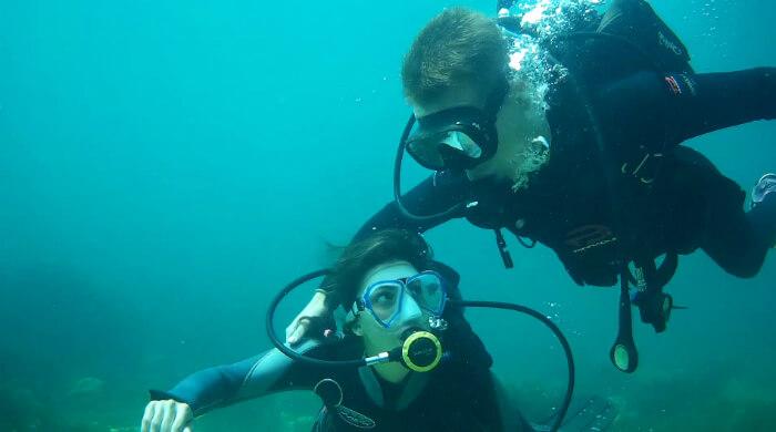 Юноша нежно обнимает девушку под водой. ФОТО