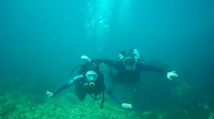 ФОТО молодых людей, наслаждающихся подводной невесомостью