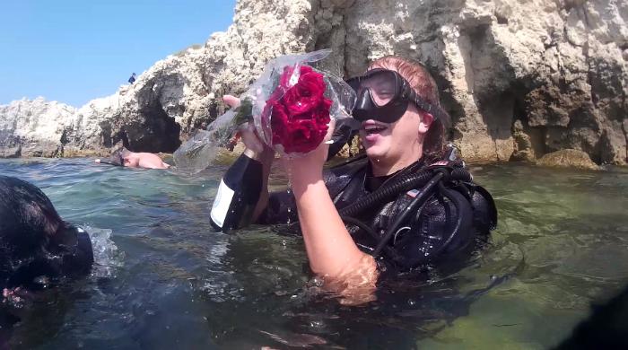Праздник под водой с шампанским и цветами