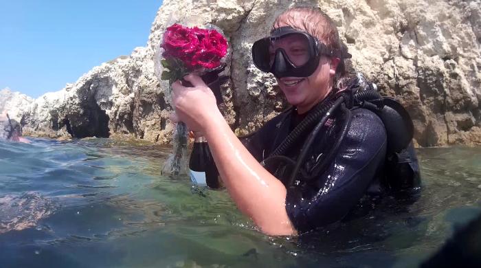 День рождения под водой с шампанским ицветами