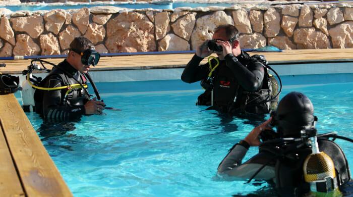 ФОТО инструктора по дайвингу и студентов в бассейне