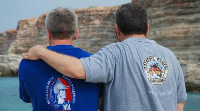Фото инструкторов в футболках NDL и дайвклуба МАТЕРЫЕ БОБРЫ