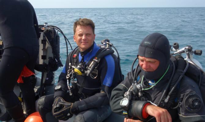 Инструктор по дайвингу Денис Шиян на лодке