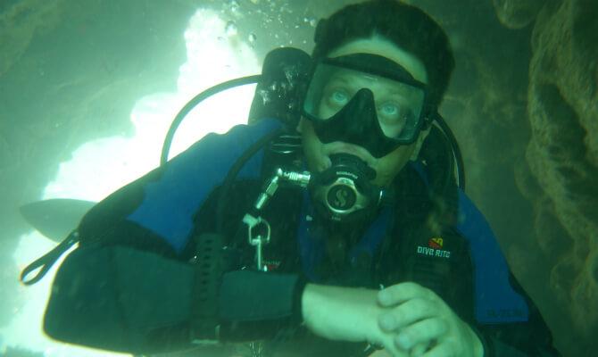 Инструктор по дайвингу Денис Шиян под водой в пещере