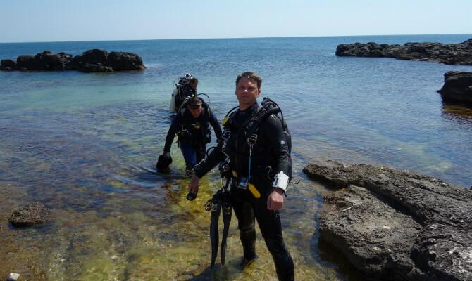 Инструктор по дайвингу Денис Шиян выходит из воды на берег