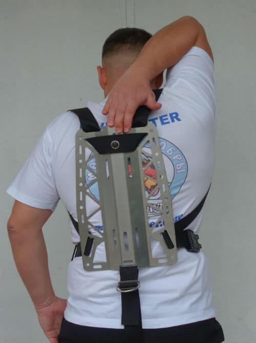 Фото правильного положения спинки в подвеске Хогарта от Dive Rite, когда до спинки можно дотянуться рукой