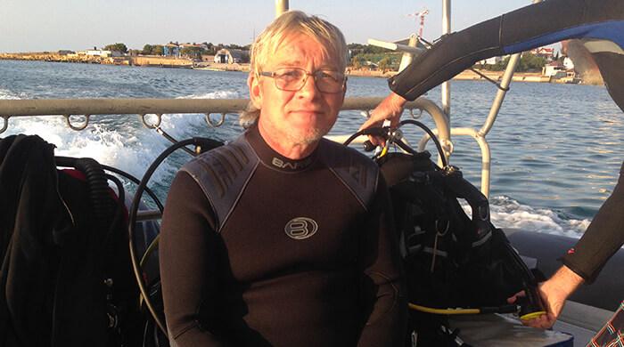 Инструктор Виталий Поляков на лодке. Фото
