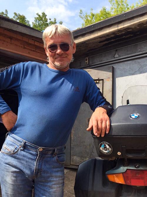 Инструктор Виталий Поляков стоящего у мотоцикла. Фото