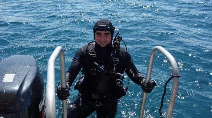 Instuctor NDL Rank 1 Максим Пьянков выходит на лодку по трапу. Фото