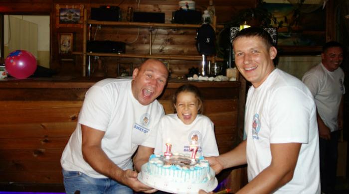 Фото сленов дайвклуба МАТЕРЫЕ БОБРЫ с праздничным тортом