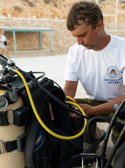 Артем Семеркин Divemaster NDL собирает оборудованиею Фото